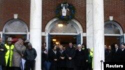 El gobernador de Connecticut, Daniel Malloy rinde un minuto de silencio en nombre de las víctimas.
