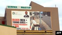 Poster raksasa di Durban, Afrika Selatan, tentang bahaya bagi perempuan muda dalam berhubungan seks dengan pria-pria yang lebih tua. (AFP/Rajesh Jantilal)