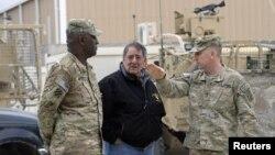 Menhan AS Leon Panetta (tengah) berbincang dengan Mayjen Robert Abrams dan Komandan Pasukan (CSM) Edd Watson (kiri) saat mengunjungi pangkalan udara militer di Kandahar (13/12).
