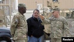 13일 아프간 주둔 미군 지휘관들과 만난 리언 파네타 미 국방장관(가운데).