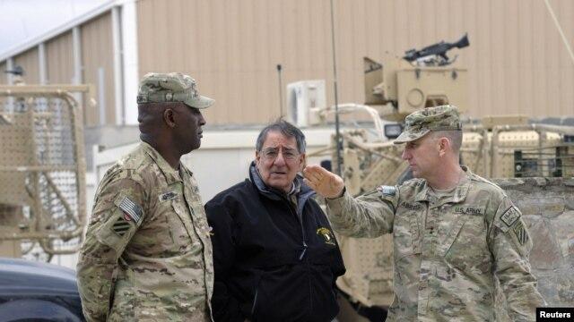 Bộ trưởng Quốc phòng Mỹ Leon Panetta trong chuyến thăm Căn cứ không quân Kandahar, ngày 13/12/2012.