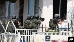 ຕຳຫລວດພິເສດ SWAT ຂອງນະຄອນ San Diego ຕຽມບຸກ ເຂົ້າໄປເຮືອນຂອງຜູ້ຄ້ອງສົງໄສ.