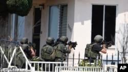 2016年7月29日,圣迭戈警察局特警准备进入嫌疑人可能匿藏其中的房屋。