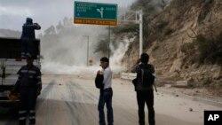 Оползень на пан-американском шоссе в результате землетрясения, к северу от Кито, Эквадор, 12 августа 2014.