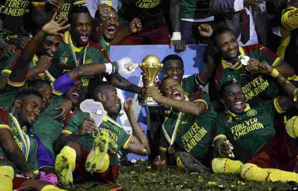 Os jogadores dos Camarões celebram com o troféu depois de ganharem a Taça Africana das Nações. A final do CAN 2017 foi entre os Camarões e o Egipto no Estádio da Amizade em Libreville, Gabão, Domingo, Feb. 5, 2017. Os Camarões ganharam por 2-1.