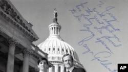 1971年帕帕奇安(左)在国会作议员助手时的照片