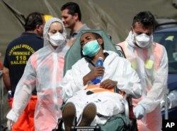 Người nhập cư được cứu sống được đưa lên cảng Salerno, Italy.
