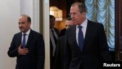 2014年2月4日,俄罗斯外长拉夫罗夫(右)和叙利亚反对派全国联盟主席贾巴尔抵达莫斯科的会晤地点。