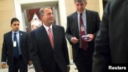 ປະທານສະພາຕ່ຳທ່ານ John Boehner (ກາງ) ກັບຄືນໄປຫ້ອງການຂອງທ່ານ ຫຼັງຈາກທີ່ຮັບຜ່ານ ຮ່າງງົບປະມານໃຊ້ຈ່າຍ ຢູ່ທີ່ລັດຖະສະພາສະຫະລັດ ໃນນະຄອນຫລວງວໍຊິງຕັນ ວັນທີ 11 ທັນວາ 2014.