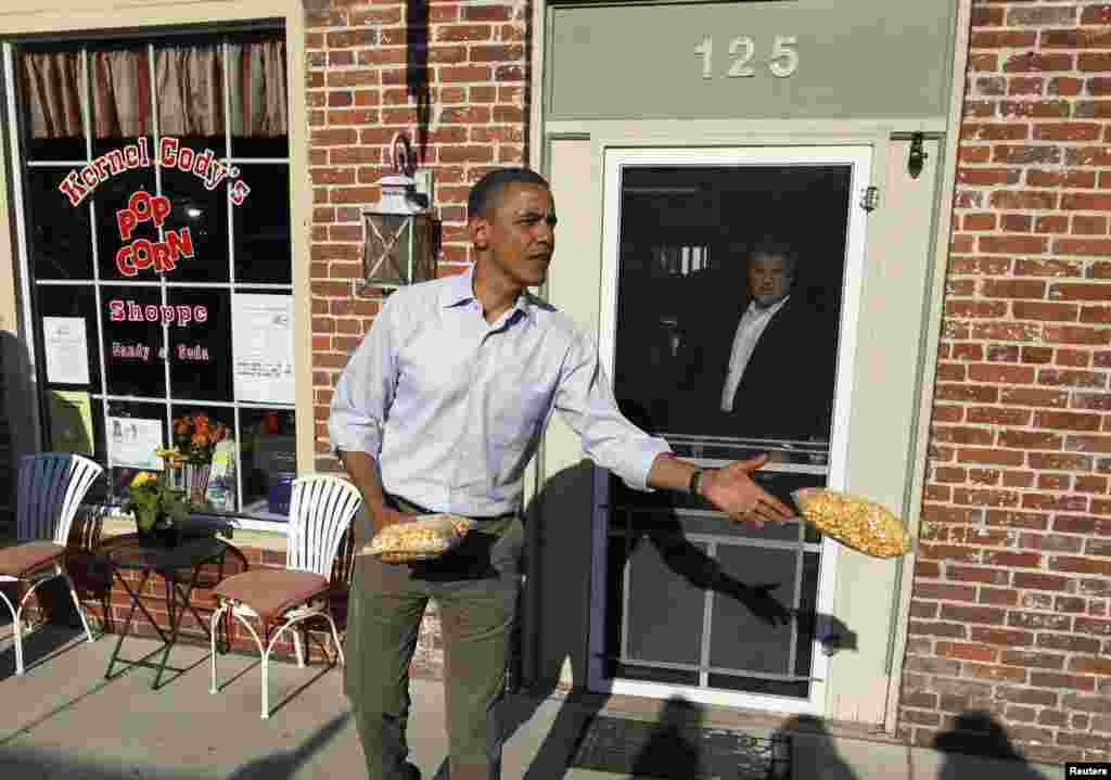 El presidente entregó una bolsa de palomitas de maíz a los miembros de la prensa en LeClaire, Iowa, en agosto del año pasado.