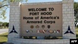Pintu gerbang kompleks militer Amerika di Fort Hood, Texas (Foto: dok).