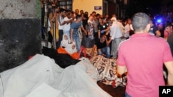 Warga berkumpul pasca ledakan di provinsi Gaziantep, Turki tenggara, dekat perbatasan Suriah hari Sabtu (20/8).