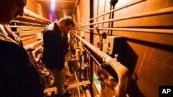 Губернатор штата Нью-Йорк Эндрю Куомо осматривает туннель