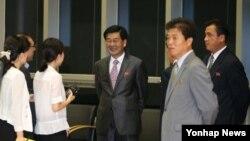 제7차 개성공단 남북당국실무회담이 14일 개성공단 종합원센터 회의실에서 열려 극적인 타결을 한 가운데, 박철수 북측 수석대표(가운데)가 남측 기자단과 웃으며 이야기를 나누고 있다.