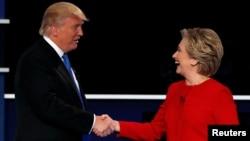 미국 대통령 선거에 출마한 도널드 트럼프 공화당 후보(왼쪽)와 힐러리 클린턴 민주당 후보가 지난 9월 뉴욕에서 열리는 토론회에 앞서 악수하고 있다.