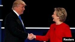 Ông Trump và bà Clinton bắt tay khi kết thúc cuộc tranh luận tổng thống đầu tiên tại Đại học Hofstra, Hempstead, New York, ngày 26 tháng 9 năm 2016.