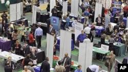 美國一個就業展覽會場內﹐求職者與機構代表見面