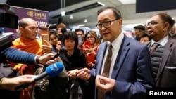 캄보디아 야권 지도자 삼 랭시가 7일 파리에서 방콕행 비행기 탑승이 거절된 후 기자들과 인터뷰하고 있다.