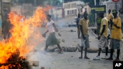 Des protestataires près d'une barricade en feu à Bujumbura, le 21 mai 2015. (AP Photo/Jerome Delay)