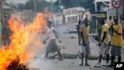 Những cuộc biểu tình chống chính phủ tiếp diễn ở thủ đô Bujumbura của Burundi, 21/5/2015.