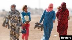 Refugiados sirios kurdos llegan a la frontera con Irak.