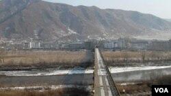 图们江公路桥,对岸为朝鲜(美国之音张楠拍摄)