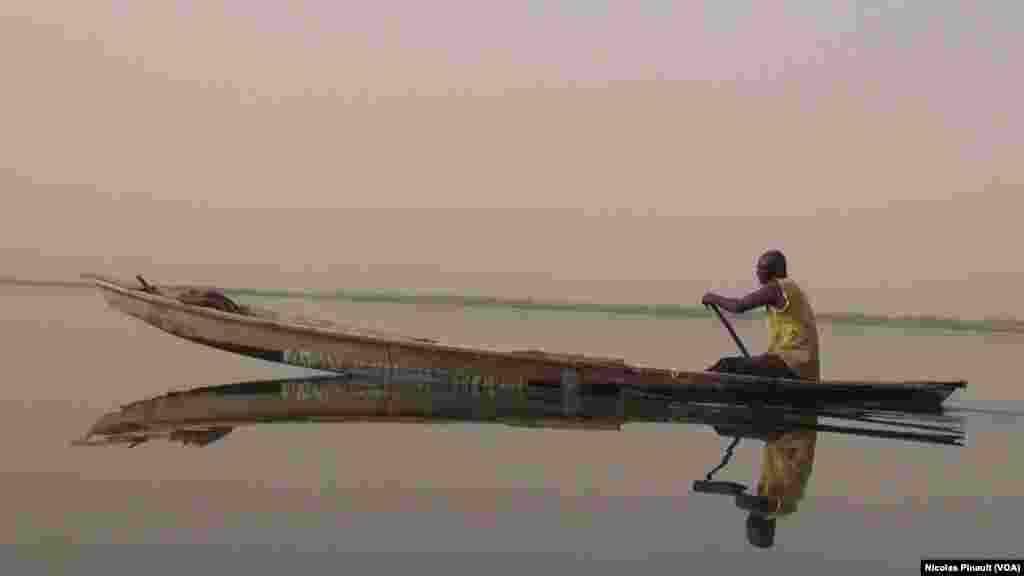 Abacar Maïga est un pêcheur malien qui a fui son pays dans années 1990, village de Tagal, Tchad, le 24 avril 2017 (VOA/Nicolas Pinault)