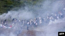 Cảnh sát Israel bắn đạn hơi cay vào người biểu tình dọc biên giới Israel-Syria gần làng Majdal Shams trong vùng Cao nguyên Golan, ngày Chủ Nhật ngày 5/6/2011
