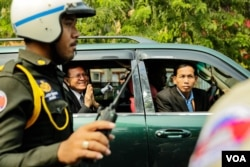 """Kem Sokha leaves the court after his trial over the charge of """"Conspiring With Foreign State"""" ended, in Phnom Penh, January 16th, 2020. (Malis Tum/VOA Khmer)"""