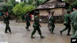 미얀마군인들이 로힝야족 거주 지역인 라카인주 탄드웨 마을을 순찰하고 있다. (자료사진)