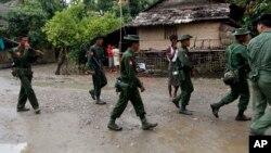 Tentara Myanmar melakukan patroli di kota Thandwe, negara bagian Rakhine (foto: ilustrasi).