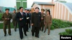 Hãng thông tấn Trung ương cho đăng hình ông Kim Jong Un chống gậy đến thăm một khu dân cư và một học viện, ngày 14/10/2014.