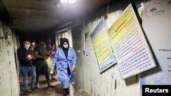 Pacijenti i medicinsko osoblje izlaze iz požarom zahvaćene bolnice.