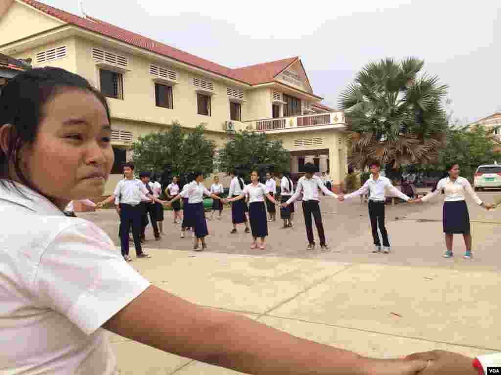 Seang Seila, 15, attends a clean-up day event at Angkor High School, around two kilometers from Siem Reap city center on Saturday, March 21, 2015. (Phorn Bopha/VOA Khmer)