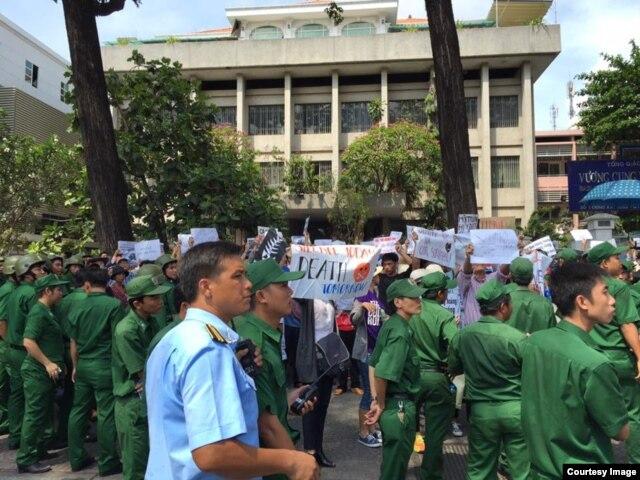 Lực lượng công an được huy động để đối phó với người biểu tình ở Sài Gòn, ngày 8/5/2016.