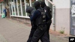 Polisi mengamankan salah seorang tersangka pencurian koin emas senilai 4 juta dolar di Berlin, Jerman hari Rabu (12/7).
