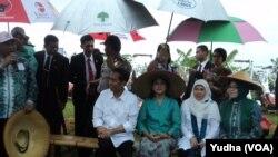 Presiden Jokowi membagikan bantuan alat mesin pertanian (alsintan) di Sukoharjo, Jawa Tengah, 31 Januari 2015 (Foto: VOA/Yudha)