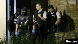 Polisi Perancis melakukan operasi penggerebekan di Boussy-Saint-Antoine dekat Paris, hari Jumat (9/9).