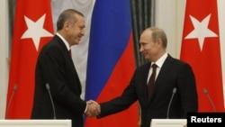 Rossiya prezidenti Vladimir Putin (o'ngda) Kremlda Turkiya Bosh vaziri Rajab Toyib Erdog'anni qabul qilmoqda, 18-iyul, 2012-yil;.