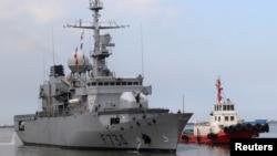 """法国""""葡月号""""护卫舰2018年3月12日在一艘拖船的指引下进入菲律宾马尼拉大都会港口进行访问。"""