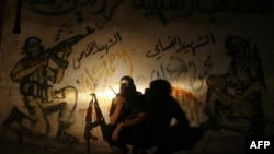 Thành viên của Lữ đoàn Qassam, cánh vũ trang của Hamas, nói chuyện trên máy bộ đàm tại trại tị nạn Rafah, phía nam dải Gaza, ngày 21/8/2011