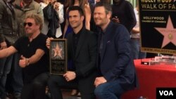 Adam Levine didampingi Blake Shelton (kanan) dan rocker Sammy Hagar (kiri) menerima bintang Hollywood Walk of Fame (10/2). (VOA/Vina Mubtadi)