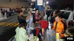 Migrantes hondureños pasan la noche en Ciudad de Guatemala y continúan en su caminata hacia los Estados Unidos.