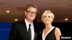 MSNBC的乔·斯卡伯勒和米卡·布热津斯基2015年4月25日出席白宫年度记者协会晚宴。