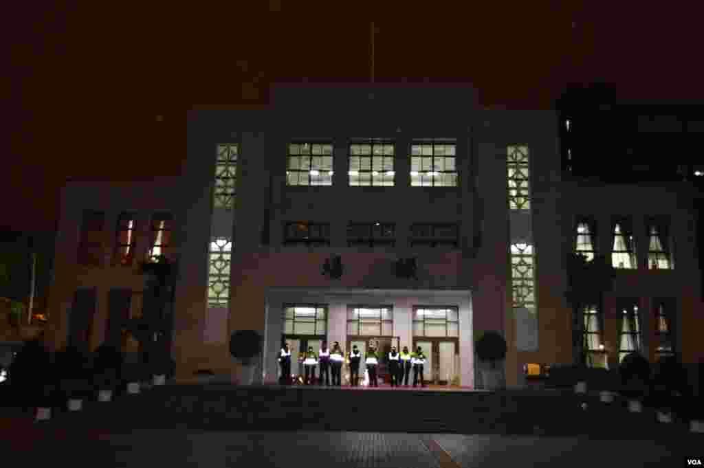 看似平静的夜间立法院(美国之音申华拍摄)