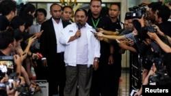 Mantan Presiden Partai Keadilan Sejahtera (PKS) Lutfi Hasan Ishaaq (tengah) dijatuhi hukuman 16 tahun penjara dan denda Rp1 milliar oleh Majelis Hakim Pengadilan Tindak Pidana Korupsi Jakarta, hari Senin malam 9/12 (foto: dok).