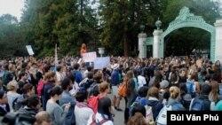 Sinh viên biểu tình chống tăng học phí. (Ảnh: Bùi Văn Phú)