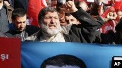 数百名生活在土耳其的叙利亚人和人权活动人士2月5日在叙利亚驻伊斯坦布尔领馆外举行抗议