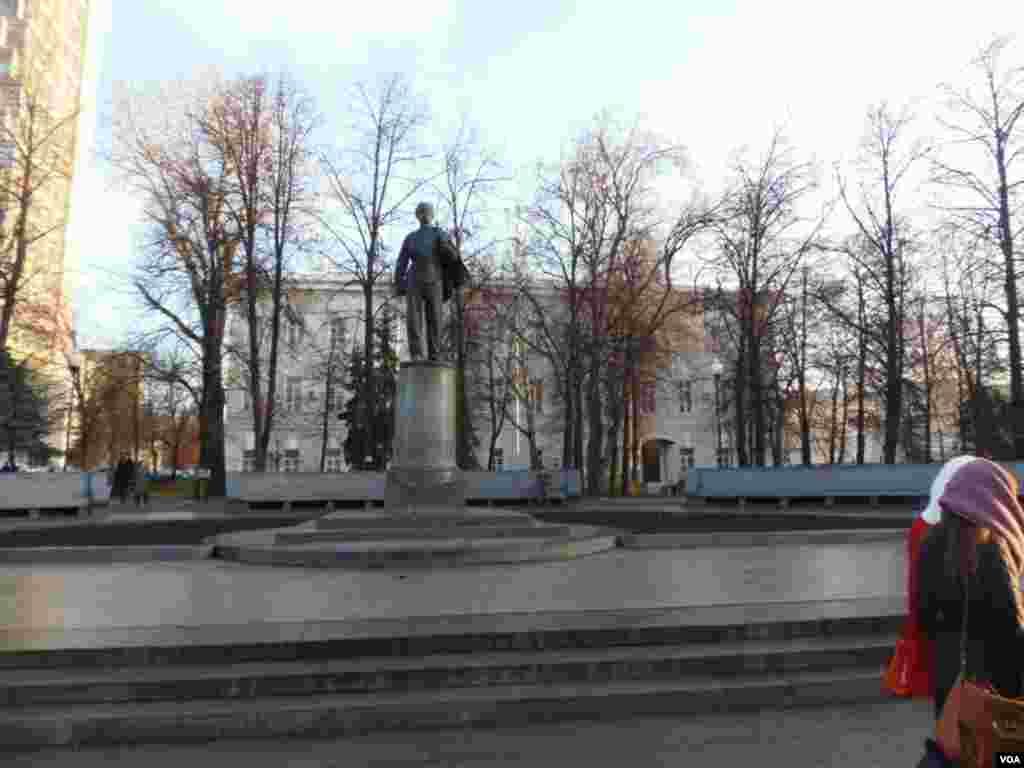 喀山大学主楼前的列宁塑像(美国之音白桦)