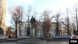喀山大學主樓前的列寧塑像(美國之音白樺)